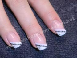 ongles en gel et french blanche en biais liseret argente et strass