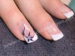 ongle gel french blanche et decorn main en gel