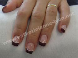 ongle en gel french couleur bordeau surlignée