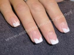ongle gel french blanche effet coeur