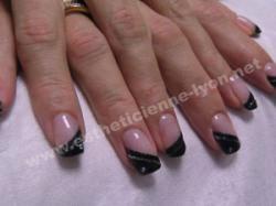 ongle en gel french en biais noire surlignee de gel gris argent