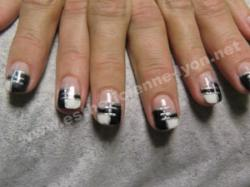 ongle en gel decoration nail art en damier noir et blanc