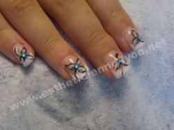 ongle en gel nails art fleurs et strass bleu